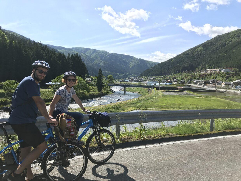 下呂をサイクリング中の外国人旅行者