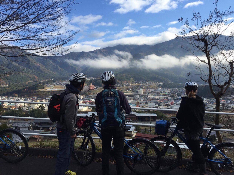 サイクリングツアーで飛騨萩原の景色を望む