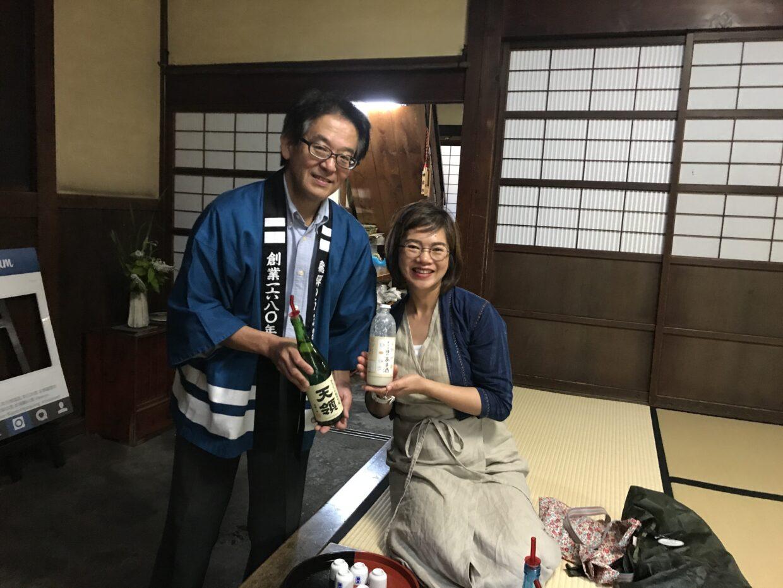 外国人に日本酒を勧める酒屋の男性