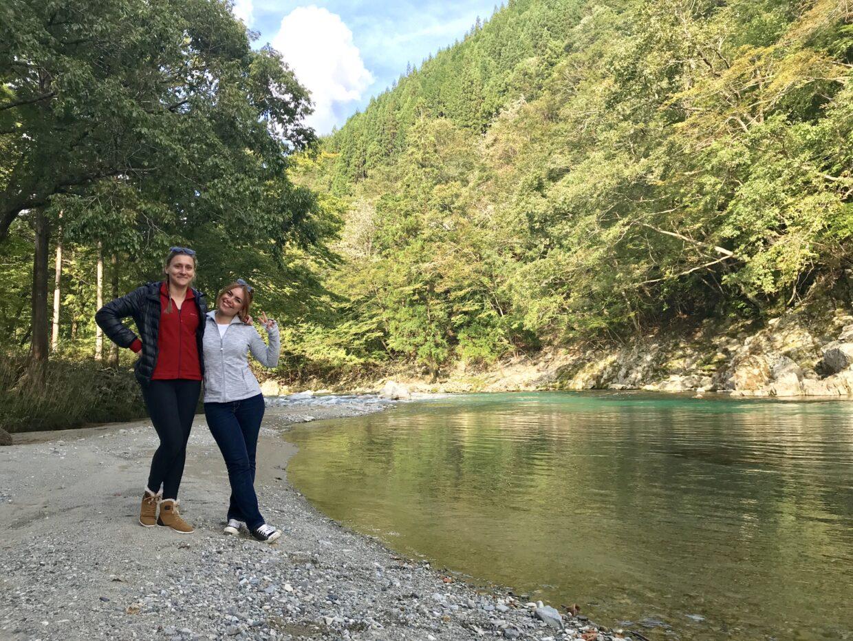透き通った川でポーズを決めるフランス人女性たち