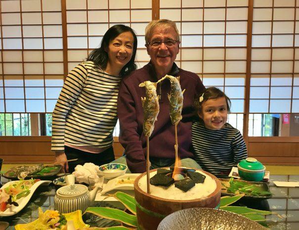 旅館の日本料理を堪能するカナダ人旅行者