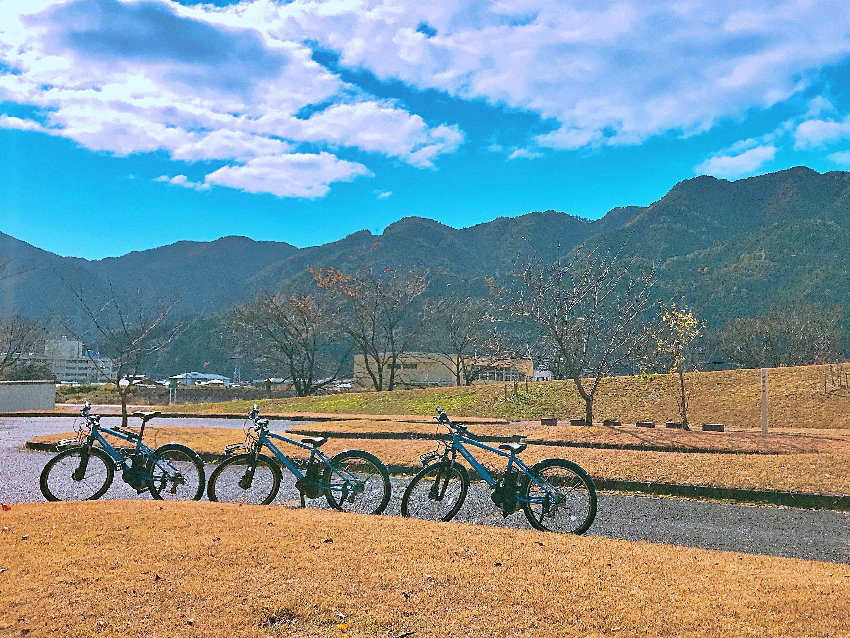 飛騨川公園に立ち並ぶ青い電動自転車