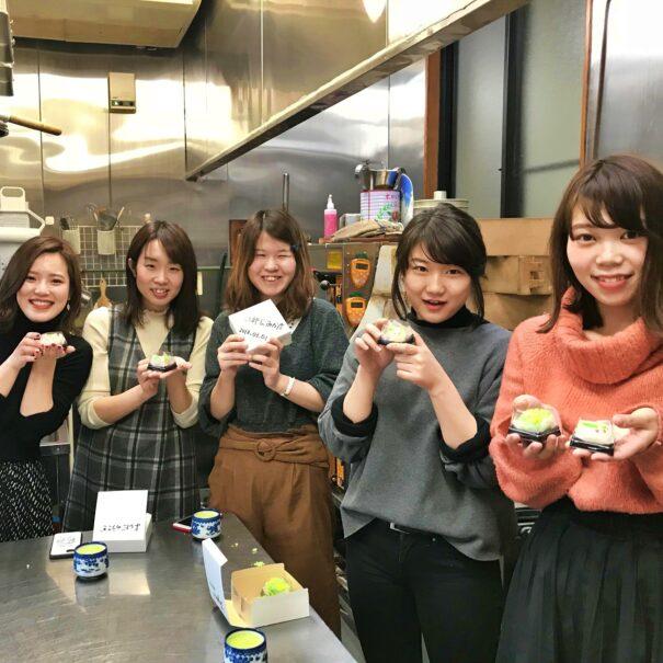 和菓子を手に笑顔の女子旅グループ