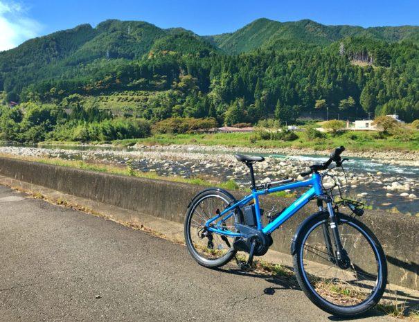 飛騨の山々と電動アシスト自転車