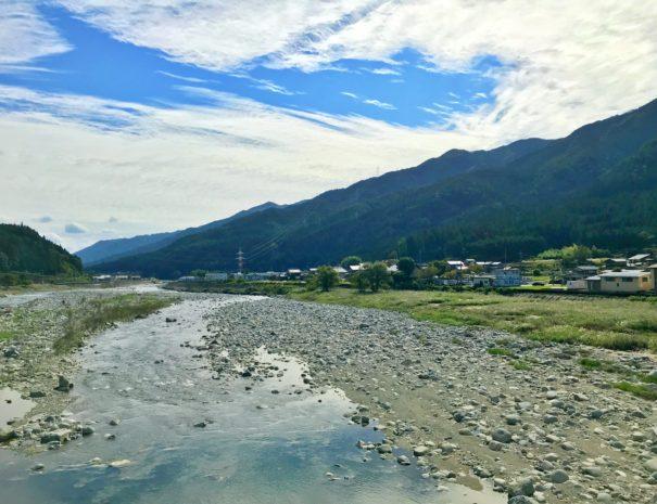 美しく広がる飛騨川