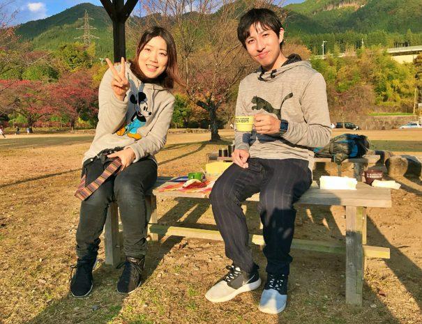公園でコーヒーを楽しむカップル