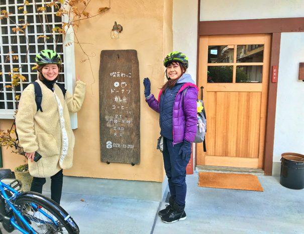 サイクリング最中喫茶店を見つけた女性たち