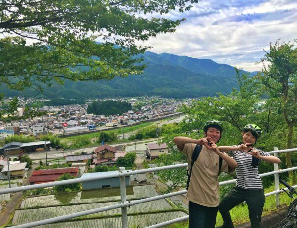 下呂市萩原町の丘でポーズを決める日本人カップル