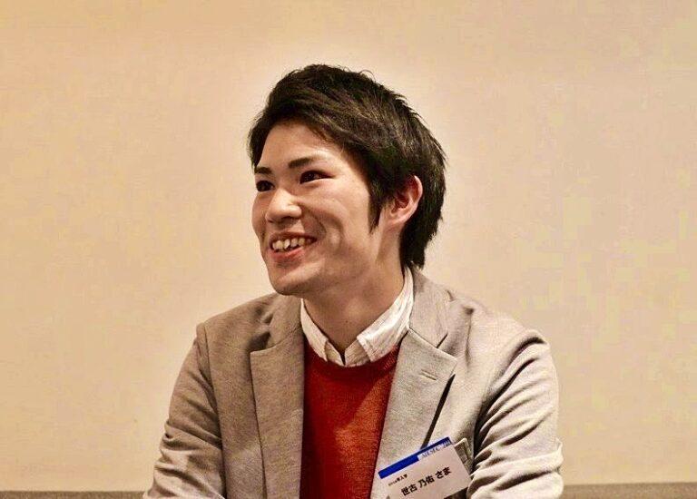 ジャケットを着た笑顔の日本人男性