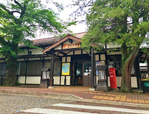 新緑が美しい飛騨萩原の駅舎
