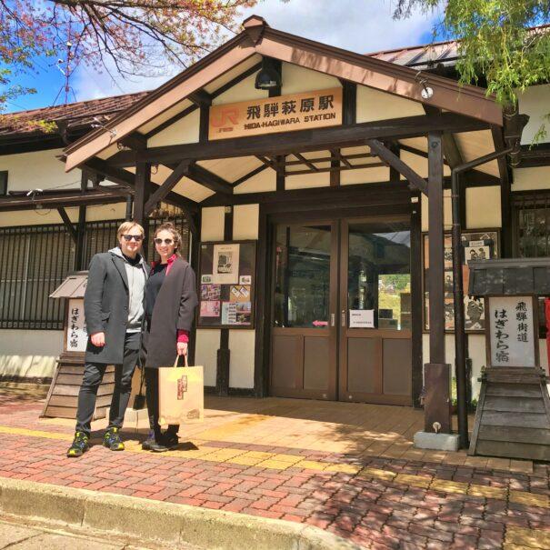 飛騨萩原駅前で記念撮影する外国人カップル