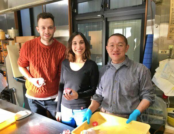 和菓子作りを楽しむ外国人旅行者