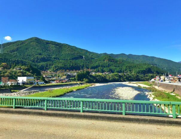 夏の飛騨川と萩原町