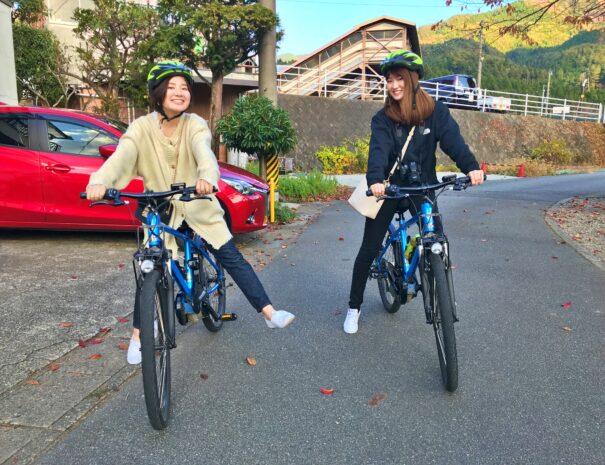 自転車に乗る女子旅グループ